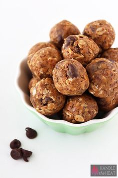 Superbowl Snacks: Peanut Butter Chocolate Energy Bites // CARB: Oats // PRO: Chia seeds // FAT: Peanut butter