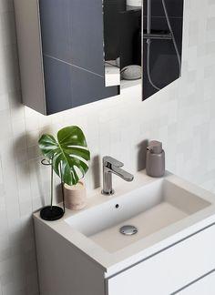Tips! Skjær av et Monsterablad og sett den i vase, så har du pynt som varer i lang tid! Bildet viser baderomsinnredning fra INR. Få flere tips om grønne planter som trives på badet på bademiljo.no! Double Vanity, Planters, House, Bathroom Ideas, Design, Home Decor, Decoration Home, Home, Room Decor