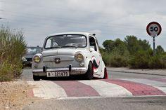 """Ortodoxos del automovilismo, pasen de largo, este post no es para vosotros. Os podría provocar pesadillas. La visión de un SEAT 600 D de 1968 personalizado al estilo """"rat"""" puede que no … Fiat 600, Car Tuning, Cars, Vehicles, Dreams, Mini, Old Classic Cars, Custom Cars, Motorbikes"""