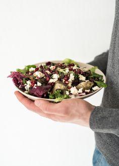 """Jos ruoille tavattaisiin antaa mottoja, tämän salaatin kohdalla se olisi """"mutkat suoriksi, mausta tinkimättä"""". Letkeän keväinen salaatti tuo mieleen Kreikan auringon ja Espanjan välimerelliset maut...."""
