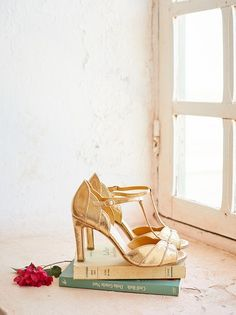 Lookbook Le temps des Fleurs Acte I - Sézane.com Wedding Goals, Wedding Shoes, Simple Style, My Style, Head Over Heels, Dream Shoes, Spring Collection, Yellow Dress, Timeless Fashion