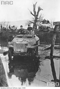 Armoured panzergrenedierzug led by a Sd.Kfz. 251/10 ausf. C crossing a river.