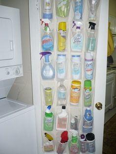 <P>Un simple rangement à chaussures en plastique transparent fixé à l'intérieur d'un placard pour ranger les produits ménagers.</P>