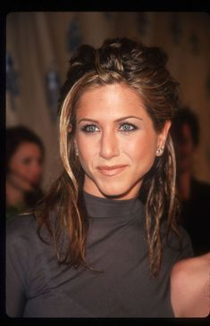 Jennifer Aniston's Hair Evolution Proves She's Never Had a Bad Hair Day in Her Life - Glamour Jennifer Aniston 90s, Peinados Jennifer Aniston, Jeniffer Aniston, Jennifer Aniston Pictures, Jennifer Aniston Haircut, Jennifer Aniston Hair Color, Estilo Rachel Green, John Aniston, Hair Evolution