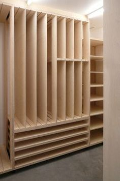 Nice storage for paper, canvas, or finished paintings: Craft Room Art Studio. Art Studio Storage, Art Studio Room, Deco Studio, Art Studio Design, Art Studio Organization, Art Studio At Home, Art Storage, Painting Studio, Storage Design