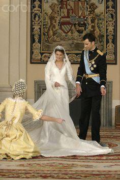 mariage felipe et letizia le 22 mai 2004 Princess Letizia, Queen Letizia, Royal Brides, Royal Weddings, Adele, Wedding Wows, Wedding Ceremony, Spanish Royalty, Estilo Real