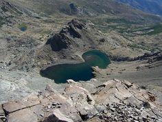 Corsica - Lacs Naturels - Le lac Maggiore est un lac de Haute-Corse. Il est situé à l'est du Monte Cinto, à 2 275 mLe lac Maggiore depuis le Capu a u Verdatu (2 583 m). Plus bas, les lacs du Lancone : avec Ghiarghe Rosse (tout à gauche) et Occhi Neri (à droite du précédent). La croupe rocheuse au centre (2 344 m) cache le troisième lac du Lancone (Lancone Sottano).