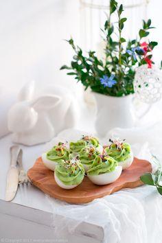 jajka faszerowane awokado Panna Cotta, Chili, Avocado, Food And Drink, Deviled Eggs, Ramadan, Easter Eggs, Ethnic Recipes, Jr