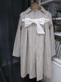 Manteau AGLAE en lin brut rayé blanc cassé fermé par un noeud de lin blanc cassé (2)
