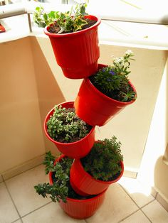 recycle those plastic pots by painting to your taste. Great idea for small space! Stacked Flower Pots, Stacked Pots, Diy Recycle, Recycling, Flower Pot Tower, Garden Basket, Herb Garden, Plastic Pots, Vegetable Gardening