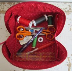 NOUVELLE VIDEO: la trousse Charlotte - Les créations de Dehem Best Picture For patchwork quilting girl For Your Taste You are looking for something, and it is going to tell you exactly what you are lo Sewing Projects For Beginners, Diy Projects To Try, Man Quilt, Bag Patterns To Sew, Rainbow Loom, Sewing Notions, Hacks Diy, Diy Clothes, Fabric Crafts