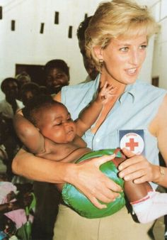 Diana, Princess of Wales, has a cuddle with one of the many babies at the Kikolo health post in Angola. The Princess is in the Angolan capital Luanda to see the work of the British Red cross in action. Lady Diana Spencer, Princesa Diana, Royal Princess, Princess Of Wales, Princess Charlotte, Prince Harry, Funeral, Diane, Queen Of Hearts