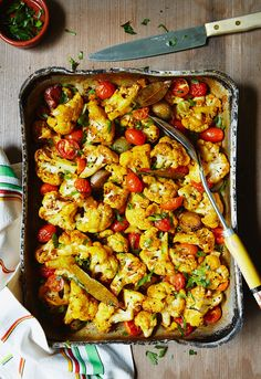 Turmeric Roasted Cauliflower with Cherry Tomatoes & Cannellini Beans Photographer Sydney - Tofu Bowl Rezepte Clean Eating Recipes, Healthy Dinner Recipes, Vegetarian Recipes, Healthy Eating, Eat Smarter Low Carb, Coliflower Recipes, Spiced Cauliflower, Turmeric Recipes, Natural
