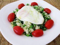 Σαλάτα πλιγούρι, αρακά και αυγό / Groat, peas and egg salad on a plate