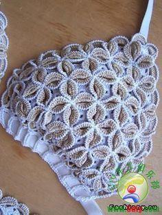 eu achei esse ponto muito lindo, só não sei o nome, havia visto na parte de cima de um biquini, o que acham? Crochet Lingerie, Bikinis Crochet, Crochet Bra, Crochet Bikini Pattern, Crochet Motifs, Crochet Woman, Crochet Blouse, Crochet Clothes, Crochet Patterns