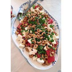 Mmm at være til fødselsdag og der bliver serveret vildt lækkert mad det er bare 👌🏻👌🏻👌🏻 #Fødselsdag #Vandmelon #salat #JegErFan #aalborg #fitfamdk #vægttab #sund #sundhed #sundlivsstil vandmelon salat feta cashewnødder urter mynte
