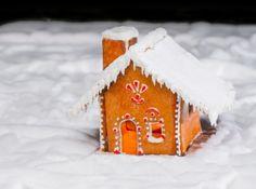 Mézeskalács házikó készítés videó + sablon: Készíts Te is karácsonyi mézeskalács házikót! Vond be a házikó elkészítésébe a gyerekeket is, hogy együtt lehessen a család! Töltsd le mézeskalács házikó sablonunkat is, és nézd meg videón a házikó elkészítésének módját!