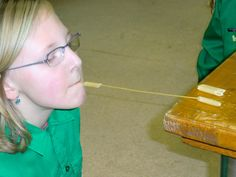 6 gekookte Penne ( pasta) op een ongekookte sliert spaghetti zien te krijgen zónder gebruik van de handen!