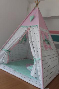 Zelt für Kinder ist ein großer Spaß und eine schöne Dekoration im Raum, das Kleinkind liebt Verstecke und Ecken, wo er sich sicher fühlt. Zelt aus 100% Baumwolle Preis pro Set auf dem Bild, Zelt, Matte, zwei Kissen.die Möglichkeit, mehr Kissen, Girlanden, einen Korb für Spielzeug zu bestellen . Diy Teepee, Teepee Tent, Teepees, Kids Tents, Teepee Kids, Cardboard Crafts Kids, Café Design, Diy Cadeau Noel, Baby Sewing Projects