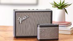 ギターアンプでおなじみ〈フェンダー(Fender)〉から、初めてのBluetoothが搭載されたスピーカーが発売されました。コンパクトで持ち運びも可能な「NEWPORT」と、プレミアムなサウンドが楽しめる「MONTEREY」の2種がお目見えです。 NEWPORT ¥24,800+TAX 「NEWPORT」はコンパクトながら、フロントのメタルグリルやハット型のコントロールノブ、青色に光るジュエルランプなど〈フェンダー〉のアンプデザインの特徴を存分に表現。スマホとの連携を想定したエコーキャンセラーを搭載しているため、スマホのペアリング時にはクリーンなサウンドでハンズフリー通話が可能です。USB接続で外出時のスマートフォンの充電にも活用できる優れもの。スマホとのペアリングに成功するとギターサウンドが鳴るという遊び心も備わっています。 MONTEREY ¥44,800+TAX 「MONTEREY」は名作アンプ「Twin…
