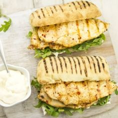 Chilli Chicken Burgers - These are paprika with lemon mayonnaise and rocket leaves. Healthy Chicken Recipes, Turkey Recipes, New Recipes, Favorite Recipes, Appetizer Sandwiches, Wrap Sandwiches, Appetizers, Slow Cooker Recipes, Crockpot Recipes