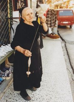 Greek spinner - note the position of the copp and whorl. Spinning Wool, Hand Spinning, Zorba The Greek, Village People, Clothing And Textile, World Photo, Black Sand, European History, Ancient Art
