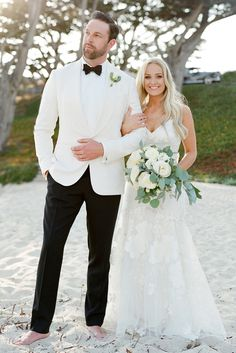 Beach Wedding Photos - You have decided to do a beach wedding ceremony? Looking for men's wedding attire to be appropriate? Pull up sleeves and pants or pick up pair of shorts! White Tuxedo Wedding, Groom Tuxedo Wedding, Wedding Suits, Wedding Attire, Bride Groom, Wedding Tuxedos, Beach Wedding Men, Best Wedding Speeches, Dress Suits For Men