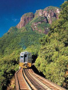 Serra do Mar. Passeio de trem faz a ligação entre Curitiba e Morretes, onde é possível saborear um autêntico barreado. #curitiba
