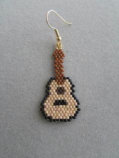 Guitarra con cuentas pendientes por DsBeadedCrochetedEtc en Etsy