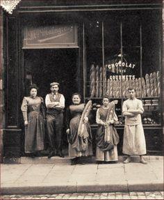 Wow! Look at the size of those loaves of bread! La boulangerie Malingre au n° 18 de la rue Duperré, vers 1910 (Paris 9ème)