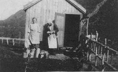 DigitaltMuseum - Seterhytta til Torstein Glad, som ble bygd på 1920-tallet. Budeiene på bildet er Eva Glad Wadel (1909-1999) og Hildegard Glad (1878-1954). Før hytta ble bygd, måtte de ro til dalen morgen og kveld for å melke kyrne.