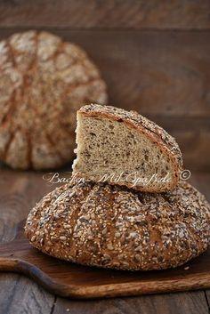 Saatensonne- Ein großes, rundes Brot mit vielen Samen wie Leinsamen, Sonnenblumenkernen und Sesam.