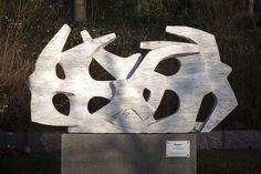 #Neustadt/Holstein Das pure Durcheinander? In mehreren Ebenen und in unterschiedliche Richtungen fliegen stilisierte Möwen in der Skulptur aus Marmor durcheinander. Durch die Überlagerung der Formen entsteht ein dyna...
