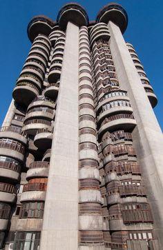 Torres Blancas, Madrid – Sáenz de Oiza. Las Torres Blancas son uno de los edificios más admirados de la arquitectura española de la segunda mitad del siglo XX. Su cemento exterior y sus poderosas formas nos hacen incluirlo en esta galería, aunque en realidad se suele clasificar más como arquitectura orgánica   C.Jordá