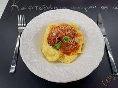 Τα λαχταριστά κεφτεδάκια φούρνου, συναντάνε την πιο αρωματική σάλτσα ντομάτας με βασιλικό συνοδευόμενα από τον κλασικό πουρέ πατάτας. Δες πόσο γρήγορα και εύκολα θα έχεις το πιο γευστικό πιάτο!! Greek Recipes, Main Dishes, Breakfast, Food, Drinks, Youtube, Gastronomia, Main Course Dishes, Morning Coffee