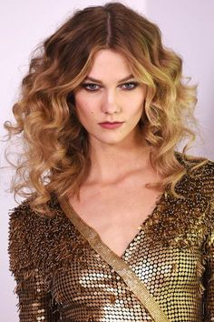 49 Best Fall Hair Trends: Texture time-big textured curls are the perfect way to elevate any look. Hot Haircuts, Hairstyles Haircuts, Wedding Hairstyles, Cool Hairstyles, Celebrity Hairstyles, African Hairstyles, Hair Styles 2016, Curly Hair Styles, Trends 2016