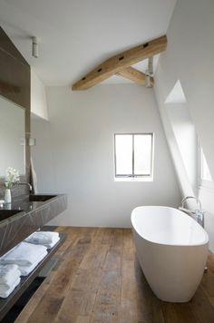 tolles Badezimmer mit Parkettboden
