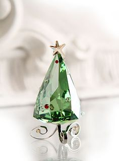 Swarovski - I try so hard to not want this stuff. But oh my gosh. I just can't resist the shininess! by willie Green Christmas, Christmas Colors, All Things Christmas, Christmas Time, Christmas Bulbs, Swarovski Crystal Figurines, Swarovski Crystals, Charms Swarovski, Glass Figurines