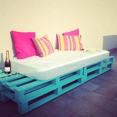 DIY Pallet Sofa - Outdoor Daybed | 99 Pallets This could be fun. Futon mattress or floor pillows plus a homemade base.