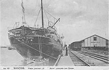 Cartão-postal mostrando o KASATO MARU, o navio que trouxe os primeiros imigrantes japoneses para o estado de São Paulo, atracado no cais do porto de Santos, em 1908