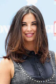 La modelo italiana Francesca Chillemi es una adepta de la extensión media y no teme mostrando volumen en su cabellera.