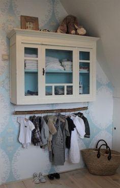 Klein wit kastje met blauwe binnenkant.
