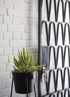 Love this gate. And the white brick O Anderson Window Grill, House Design Photos, Entry Gates, Security Door, Iron Gates, Garden Gates, Mid Century Design, Stairway, Gardens