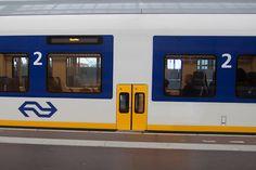 """De NS en ProRail gaan experimenteren met nieuwe deuren, die moeten leiden tot minder drukte in de trein. Doordat reizigers minder gemakkelijk kunnen instappen, blijven er meer zitplaatsen over voor hen die dat lukt. """"We zagen te vaak dat mensen op het perron massaal de trein in gingen en vervolgens een klacht bij ons indienden over de volle trein"""", vertelt [...]"""