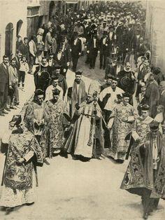 El Obispo y el clero catedral de Pamplona, seguidos del Ayuntamiento en corporación se dirigen procesionalmente a la iglesia de San Lorenzo para recoger la imagen de San Fermín, patrón de Navarra (7-7-1912)