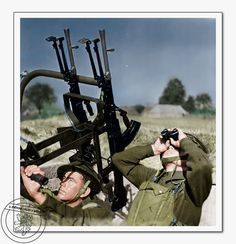 Českoslovenští vojáci v Anglii pří výcviku s protiletadlovým dvojčetem Bren. Czechoslovak soldiers in England during training with AA Bren.