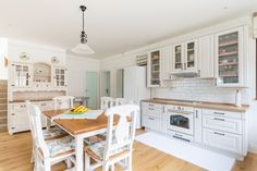 Príjemná vidiecka romantika | Decodom Magazín Kitchen Island, Sweet Home, Home Decor, Style, Island Kitchen, Swag, Decoration Home, House Beautiful, Room Decor