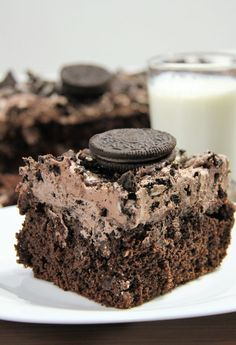 The perfect party food! This Oreo Poke Cake is an easy dessert recipe that everyone loves! The chocolate poke cake with vanilla pudding is topped with a fluffy frosting and crushed Oreo cookies for the ultimate decadent treat! Oreo Dirt Cake, Oreo Poke Cakes, Brownie Cake, Köstliche Desserts, Delicious Desserts, Dessert Recipes, Yummy Food, Food Cakes, Cupcake Cakes