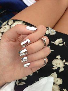 Mirror nails, or chrome nails, are the shiny new manicure trend that beauty gurus simply cannot get enough of. Metallic Nails, Silver Nails, Shiny Nails, Gold Nail, Gold Gold, Silver Makeup, Silver Metal, Heavy Metal, Makeup Tips