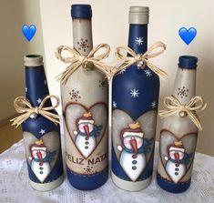 mais garrafinhas estas lindezas foi minha aluna virtual Pâmela Veríssimo que fez! Olha que maravilhosa a combinação de c… Wine Bottle Glasses, Wine Bottle Art, Painted Wine Bottles, Painted Jars, Diy Bottle, Painted Wine Glasses, Wine Bottle Crafts, Glass Bottle, Christmas Wine Bottles